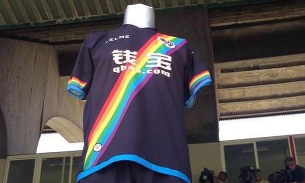 CLB Rayo Vallecano làm ấm lòng LGBT với màu áo đấu mới
