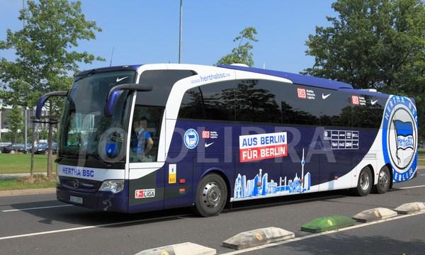 Xe bus của Hertha Berlin bất ngờ bị một xạ thủ tấn công