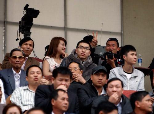 Tiến Thành và bạn gái ngồi ở góc khá cao trên khán đài sân Ninh Bình.