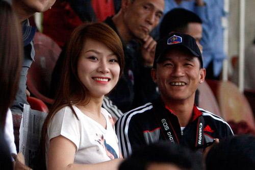 Anh tranh thủ rủ cô bạn gái Mai Anh tới sân cổ vũ cho đội bóng.