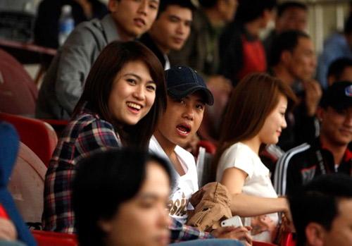 Ngồi không xa cặp Tiến Thành - Mai Anh là đồng đội Danh Ngọc và bạn gái.