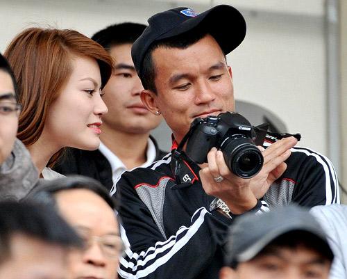 Tiến Thành khoe máy ảnh chuyên nghiệp với cô bạn gái.